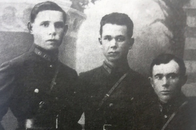 Музай (слева) и сослуживцы Фергана 1929 год