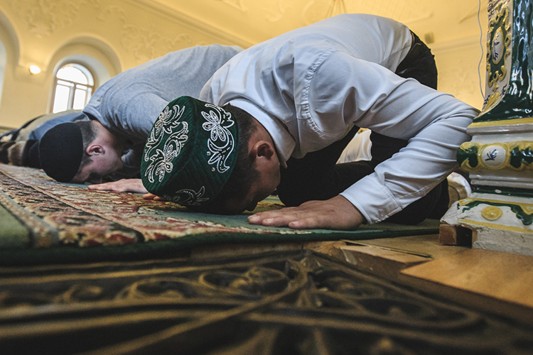 «Якончено, немог молиться, потому что там ниодежды нет, ниусловий нет ивставать там нельзя, вообще, ходить нельзя. Пришлось потом эти молитвы возмещать после больницы»