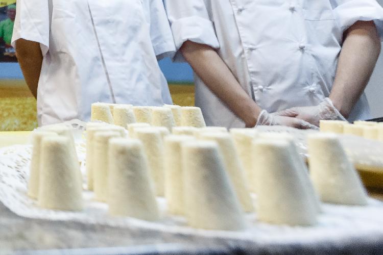 «Например, уталкыш калеве (татарский десерт—прим. ред.) срок годности всего две недели, это ручная работа, поэтомубыло принято решение просто угостить персонал «пирамидками», коробок 20, наверное, раздали»
