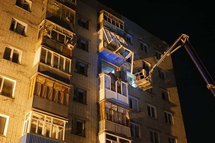 Сегодня с самого утра к дому наул.Ленина, 39а в Зеленодольске подтягиваются жильцы, вспешке побросавшие жилье накануне ночью из-за взрыва газа — имнужны одежда, невсе успели захватить документы, акто-то даже потерял котенка. Новнутрь никого непускают