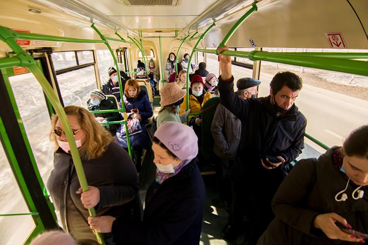 Салон московского автобуса внеплохом состоянии, заменены или отремонтированы поручни, внутри чисто. Правда, поводительскому рулю хорошо заметно, что «ЛИАЗы» проехали немало— онвесь потертый, срастрескавшейся оплеткой