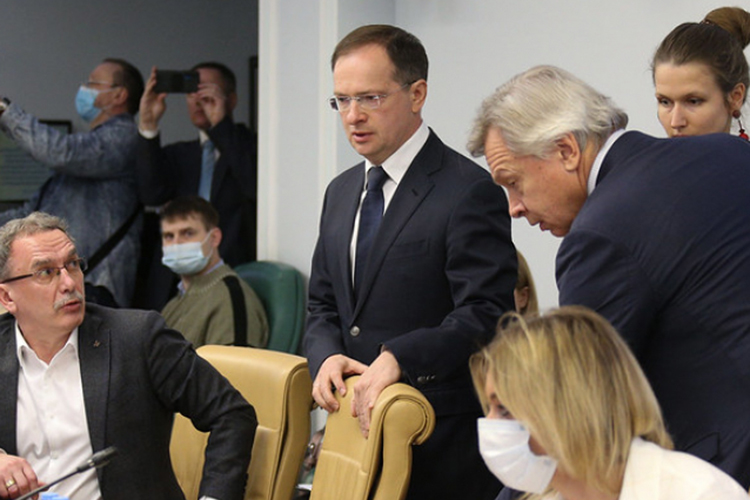 Андрей Ильницкий (слева):«Запад хочет, чтобы России небыло. Здесь нет вообще никакой натяжки! Первая цель— это вырастить поколение манкуртов илишить нас истории». Помнению Ильницкого, надо действовать, потому что «самотеком ничего неполучится»