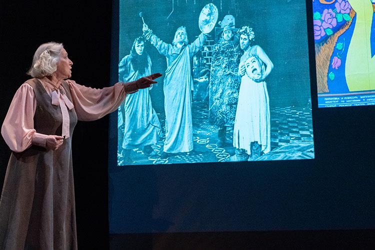 Актриса внимательно рассматривает сменяющиеся слайды с черно-белыми фотографиями, а затем выдает небольшую историю или просто радостный возглас