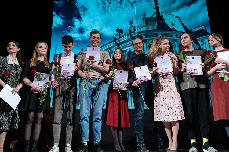 Зрителей собрали на полчаса раньше, чтобы сначала взбодрить советскими песнями в фойе, а после, в торжественной и несколько сумбурной обстановке, отметить сотрудников театра и членов труппы наградами