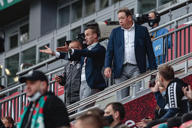 «Слуцкий (справа) и Яровинский (слева), поработав в Европе, не только стали более опытными, но и не понаслышке узнали возможности многих игроков, играющих в Европе, стали контактировать напрямую с огромным количеством футбольных людей в Англии и Европе. Конечно же, это очень помогает нам в работе»