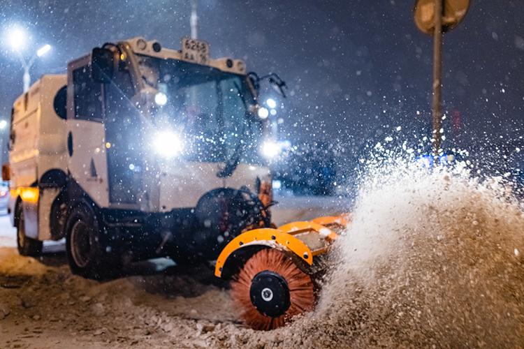Наплохую уборку снегажаловалиськазанские перевозчики. Они отмечали, что водители автобусов обязаны остановиться наостановке, ноиз-за оставленного там снега «сделать это безопасно невозможно»