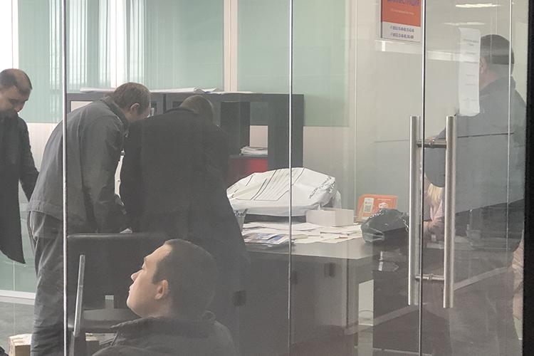 В офисе были изъяты компьютеры идокументы. Можно было заметить пустые столы содинокими клавиатурами