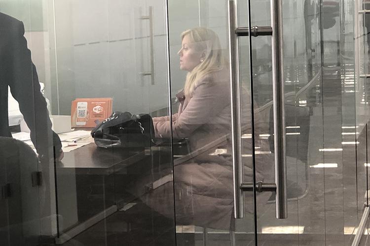 Административный офис парка абсолютно прозрачный. Так что было видно, как внутри кабинета работают около десяти оперативников. Рядом сними сразу можно было заметить блондинку врозовой куртке«Сказала: телефон явам неотдам!»