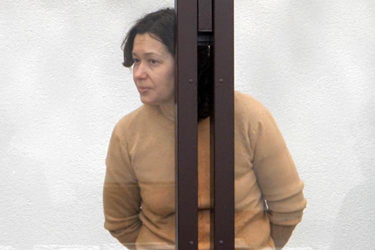 Наталью Евдокимову поместили вИВС, привезли насуд внаручниках и, как опасную преступницу, поместили в«аквариум». Сейчас она под домашним арестом, ейгрозит 7 лет лишения свободы захалатность