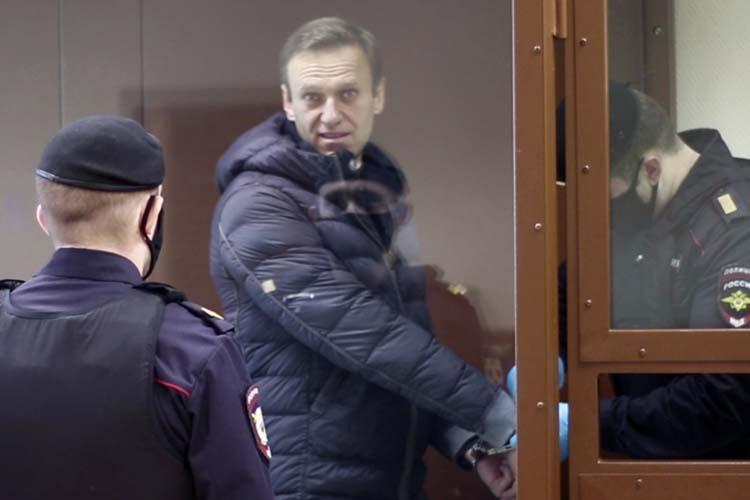 Алексей Навальныйобъявил нанеделе голодовку, поскольку руководство колонии непускает кнему врачей, несмотря напроблемы оппозиционера создоровьем