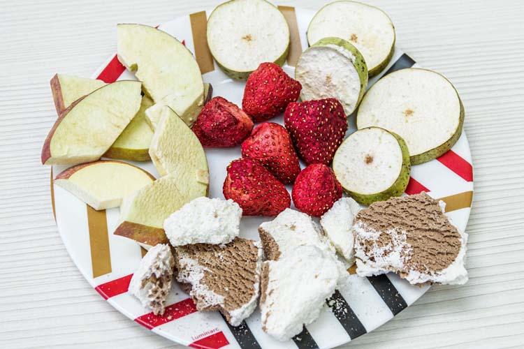 Если замороженную клубнику поместить в вакуум иначать нагревать, товся влага покинет ягоду через капилляры ввиде пара, неизменив структуры иформы ягоды. При этом ягода сохранит нетолько форму, ноивсе питательные вещества, включая хрупкие молекулы витаминов белков исвой неповторимый аромат
