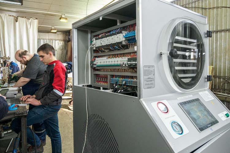 Сублиматор – это некая бочка сполками, куда вставляются лотки спродукцией. Машина набирает вакуум примерно до100 Паскалей или ниже— это уже близко ккосмосу. После этого начинается процесс нагрева полок