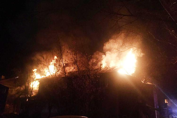 Сегодня ночью висторическом квартале «Полукамушки» в Зеленодольске случился пожар –сгорели два двухэтажных расселенных дома вКрасном переулке (№13 и№15)