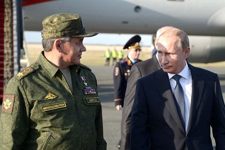 Сергей Шойгу (слева):«Всоответствии спланом подготовки Вооруженных сил ворганах военного управления, соединениях ивоинских частях начались контрольные проверки»