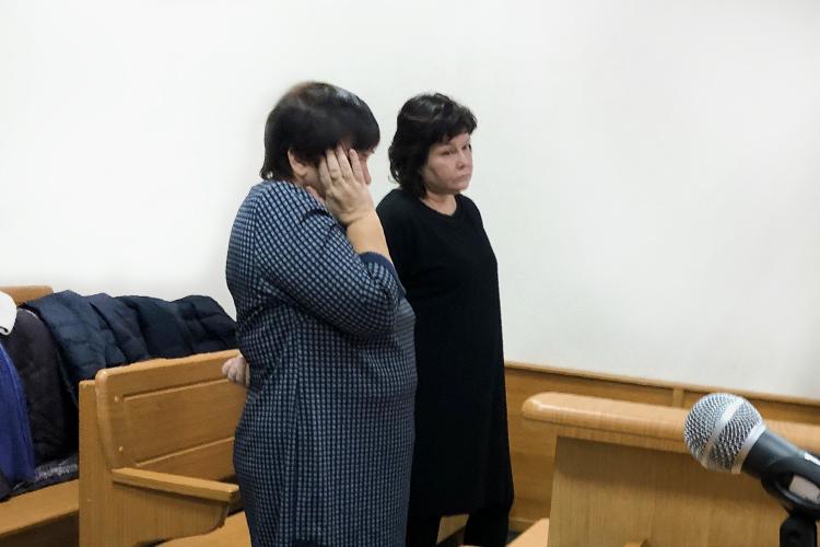 Елену Румбеште (справа), атакже ееподчиненнуюЕлену Фуражкину (слева), заподозрили вовзятке.Суд признал их виновными. Фуражкина получила штраф в80тыс. рублей, Румбешта— 210тыс. рублей. При этом обе остались насвободе