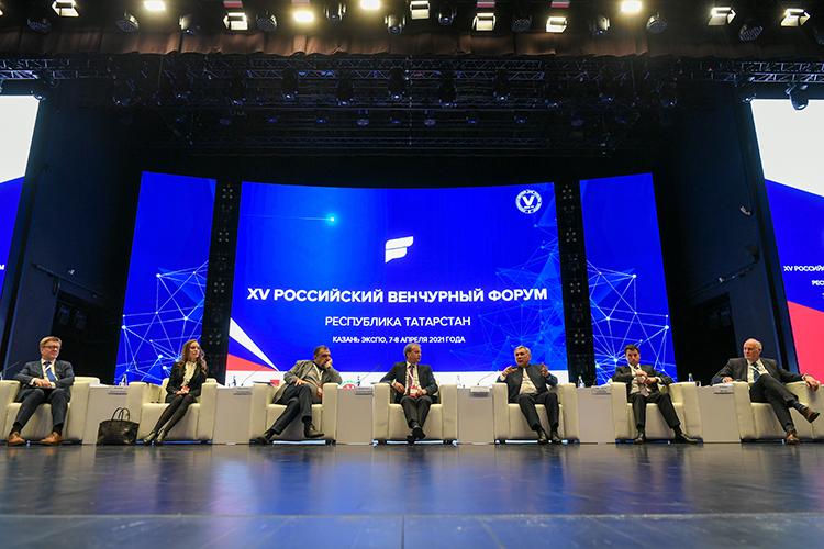 «Мывсе скучаем пообщению. Ковид нас разъединил, носегодня унас прекрасная возможность пообщаться»,— такими словами открыл Российский венчурный форум сегодня президент РТРустам Минниханов