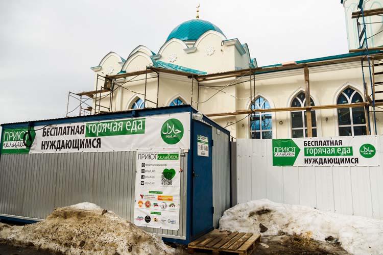 «Рядом с мечетью расположен пункт по обеспечению горячим питанием нуждающихся. Мусульмане ради довольства всевышнего Аллаха жертвуют деньги на помощь людям, попавшим в трудную жизненную ситуацию»