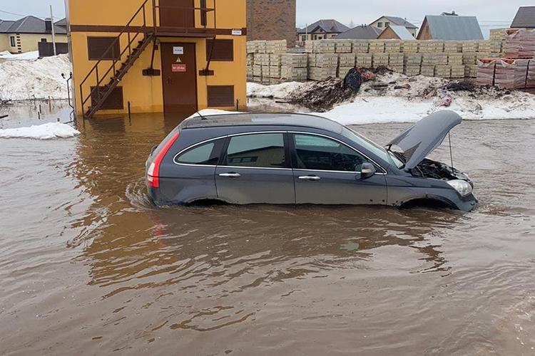 «Мывидим последствия того, как водночасье вскрылись реки исошла вода сполей. Это неаномальная ситуация, нораньше, когда паводок начинался, его можно было сдержать. Впрошлом году, например, снега было меньше»