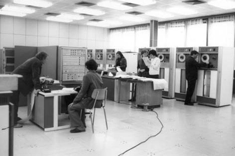 В начале 50-х кибернетика в СССР развивалась невиданными темпами, конечно, в первую очередь, в интересах военных