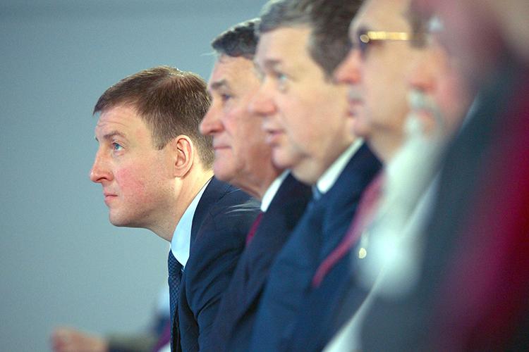 Андрей Турчак (слева)воктябре подтверждал, что будет баллотироваться вПсковское областное собрание депутатов, которое делегировало его вСовет Федерации