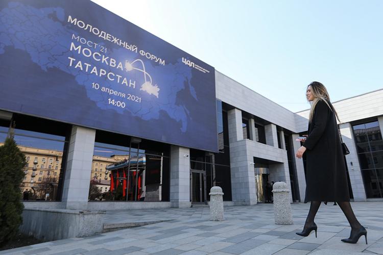 Перед началом уже традиционного форума «Мост Москва— Татарстан» уздания столичногоЦДП собралось несколько десятков человек