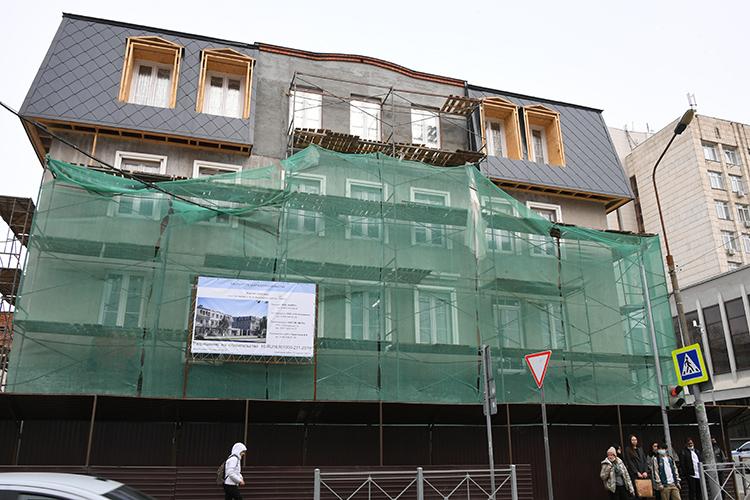 Остановившись удома39/18 науглу улиц Маяковского иБутлерова, комиссия осмотрела строящийся комплекс издвух блоков сподземной парковкой