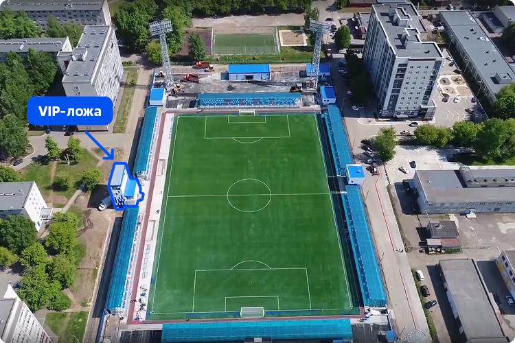 В мэрии столицы нефтехимии Татарстана «БИЗНЕС Online» подтвердили, что за границы участка выступила именно часть VIP-ложи, которая теперь занимает городскую землю общего пользования