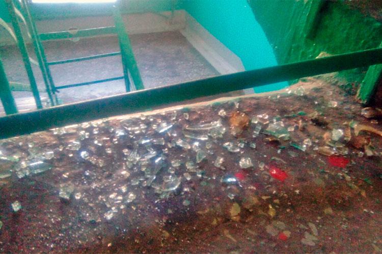 Следы ночного конфликта нашлись начетвертом этаже: осколки разбитой бутылки, медицинские бахиллы, остатки скотча, прилепленные кперилам, икровавые разводы повсей лестничной площадке