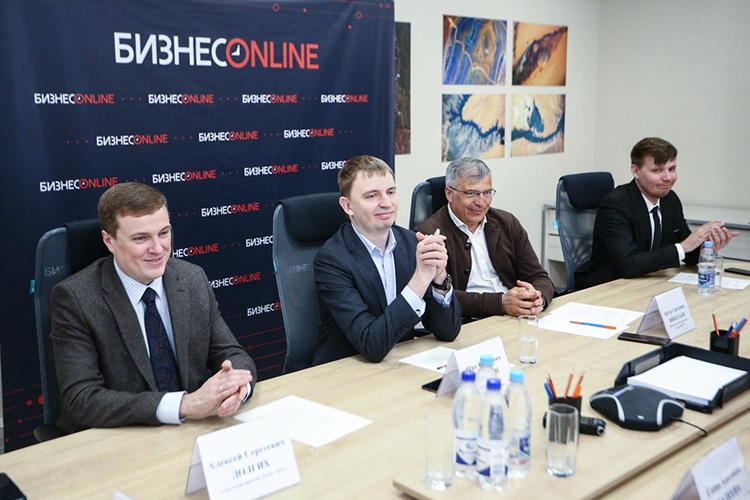 Алексей Долгих (слева): «Убольшинства больших банковских холдингов, компаний, есть лизинговые компании, которые дополняют друг друга. Для обновления основных средств, резюмирую— лизинг чаще всего предпочтительнее»