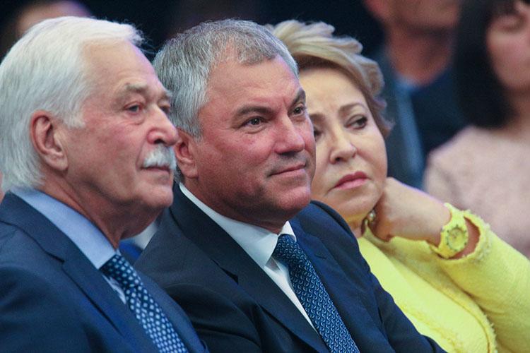 Спикер ГосдумыВячеслав Володин (в центре)впрошлом году заработал 84млн рублей, что на20млн меньше, чем годом ранее