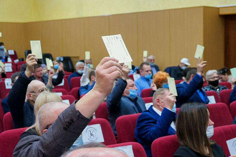 Первым голосовали заВладимира Федоровича— большинство «за» итолько один голос «против», таким образом, полномочия Дейнекина продлены еще надва года