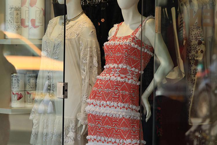 То, что продают масс-маркеты, это невинтаж, это просто мода. Авинтаж— это вещи систорией, которым хотябы тридцать лет