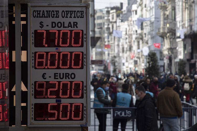 Деньги стабильно уходят изстраны, давя вниз курс лиры
