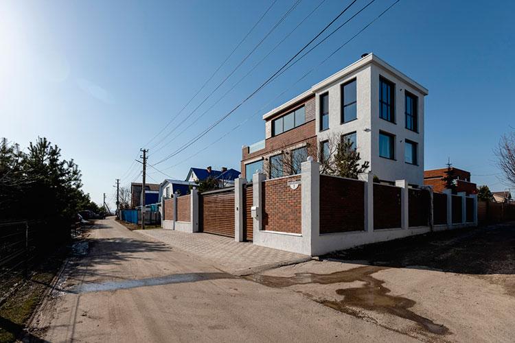Трехэтажный дом в современном стиле площадью 432 кв. м. на улице Урожайная обойдетсяф в 590 тыс. рублей в месяц