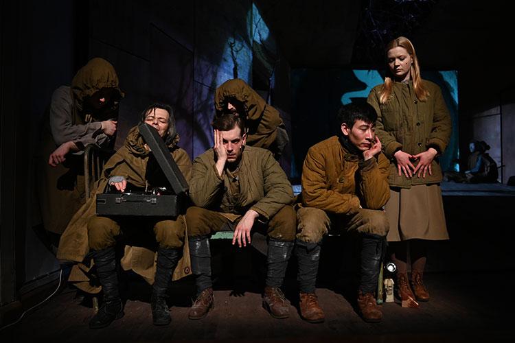 Спектакль, подобно своему киноаналогу, строится вокруг недолгих военных будней перед следующей вылазкой во вражеское логово
