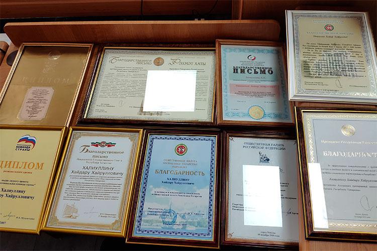 Адвокат Павел Мазуренко принес в суд многочисленные грамоты, дипломы и награды Халиуллина — они едва уместились на столе