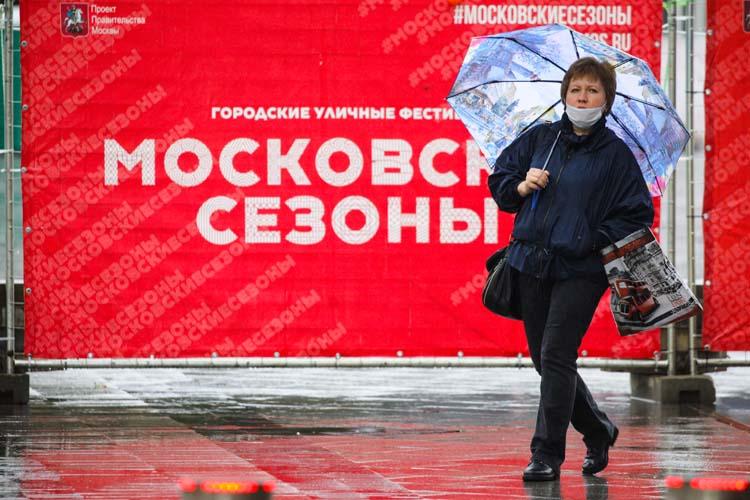 Сегодня днем вМоскве начался сильнейший запоследние 73 года дождь. Онбудет идти втечение суток ипринесет ссобой дополовины месячного объема осадков