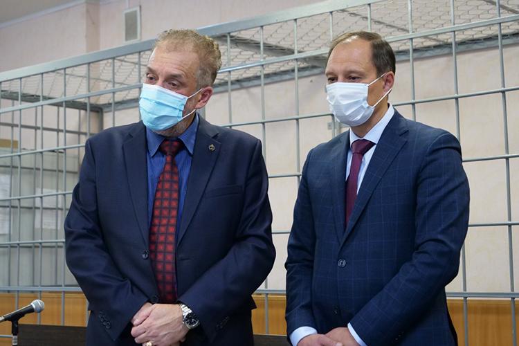 Олег Шемаев (слева):«Наш подзащитный втечение года находился под домашним арестом, сейчасже его передвижения неограничены рамками квартиры иснего сняты многочисленные ограничения»