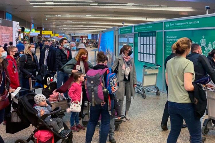 На фото:Сотрудники посольства Чехии в РФ в аэропорту Шереметьево. 20 сотрудников посольства Чехии в РФ объявлены персонами нон грата, им предписано покинуть РФ до конца дня 19 апреля.