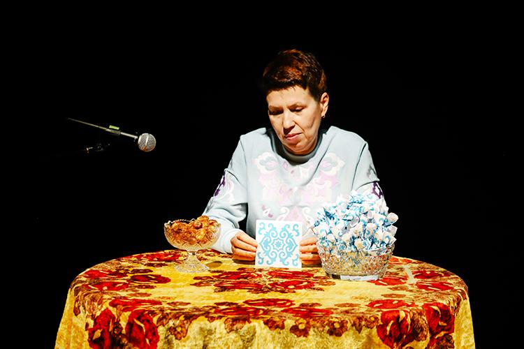 Гюльнара признается, что несоответствует высокому статусу татарскойэби. Унее ивнуков-то нет пока. Так, как еебабушка, она готовить неумеет. Сама давно носит короткую модную стрижку