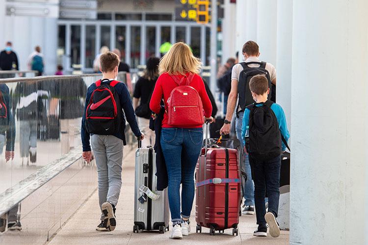 Еще одна задача— сделать так, чтобы избольшинства стран иностранцы могли дистанционно и«без лишних формальностей» получить электронную визу для поездок вРоссию