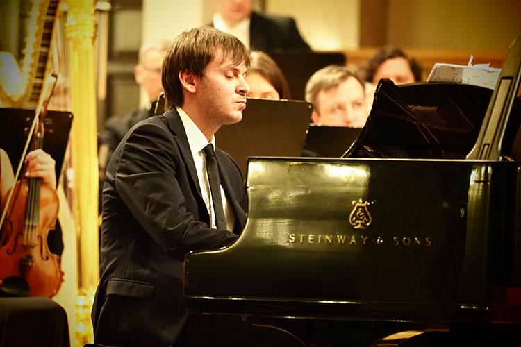 В первом отделении на открытии прозвучал концерт для фортепиано с оркестром «Воскресение» Кшиштофа Пендерецкого — это было первое исполнение произведения в Казани