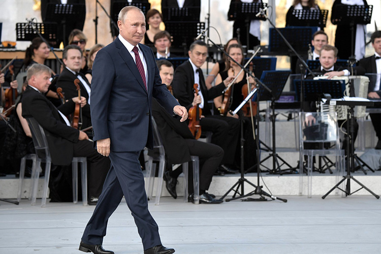 «Я могу сколько угодно критиковать политику Владимира Владимировича, но она у него есть. Социалистическая, полусоветская или же олигархическая, но — есть»