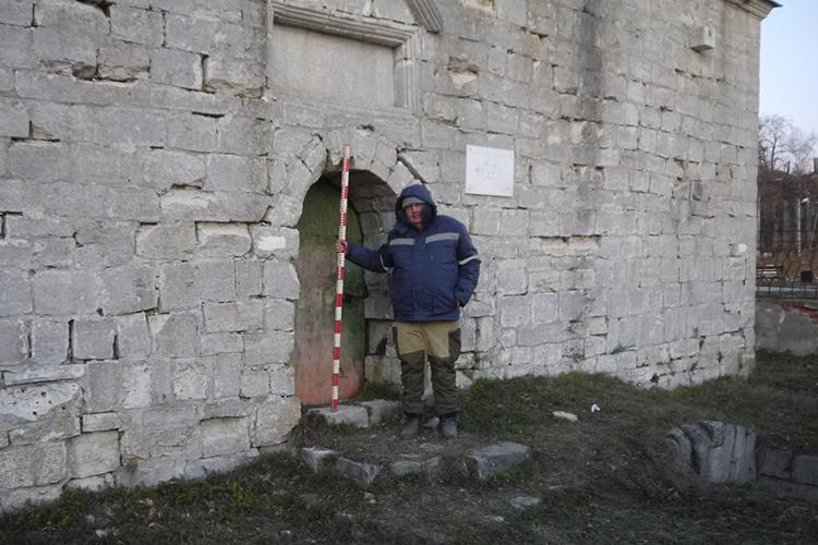 Фарид Ахметгалин у входа в верхнее помещение мавзолея Шах-Али. Ноябрь 2020 г.