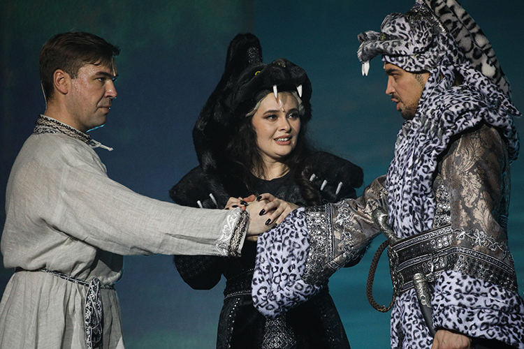 Эльмира Калимуллина (54) (на фото с Филюсом Кагировым (слева) и Артуром Исламовым в мюзикле «Алтын Казан») наконец-то спела на сцене театра им. Джалиля, а для Кагирова (52) это уже второй опыт после «Сююмбике»