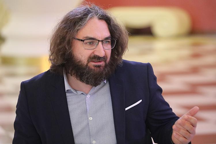 Прибавил позиции Ильгиз Зайниев (24), но во многом благодаря своей работе с Бекмамбетовым. Теперь имя драматурга есть на афише московского Театра наций, где идет спектакль «Ходжа Насреддин», а также в титрах фильма «Девятаев» в качестве одного из сценаристов