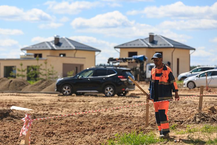 «Делать ставку намассовое коттеджное строительство— это совершенно неразумный подход. Невозможно, чтобы каждый человек, каждый пенсионер… вопрос даже невцене коттеджа, аврасходах наего содержание. Дорого жить всвоем доме»