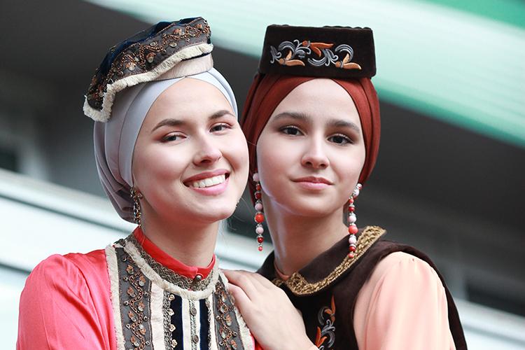 В коллекции «Бюро Бану» изКазани были представлены мотивы национальной одежды саутентичными узорами иорнаментами