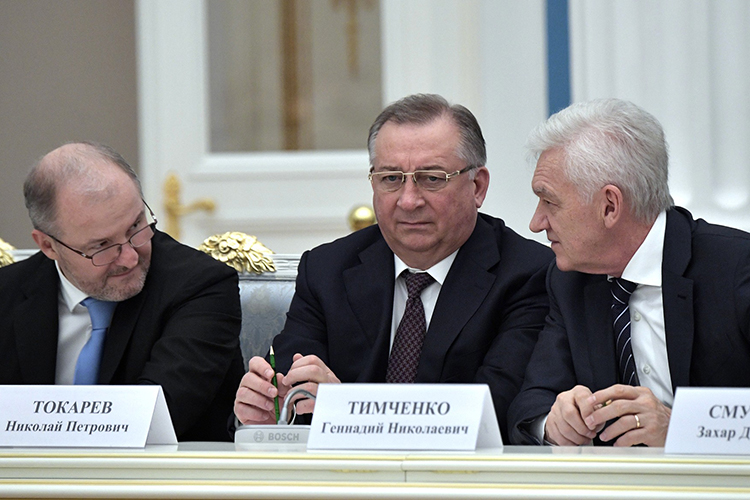 В2014 году попавший под санкции Геннадий Тимченко продал 17% (изпорядка 32%) «Сибура»Кириллу Шамалову, которогоBloombergназываетбывшим мужем дочери ПутинаКатерины Тихоновой