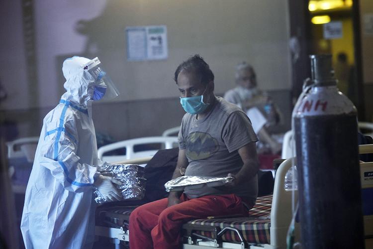 Система здравоохранения Индии спроисходящим практически несправляется: больницы заполнены, свободных коек вреанимациях почти нет, анехватка кислорода такова, что встране введен запрет наиспользование этого газа невмедицинских целях